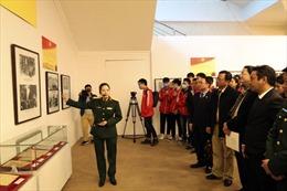 Hàng trăm tài liệu trưng bày tại triển lãm 'Đảng ta thật là vĩ đại'