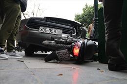 Ô tô gây tai nạn trên phố Tràng Tiền (Hà Nội) khiến lái xe Grab bị thương nặng