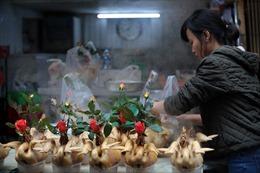Gần nửa triệu đồng con gà ngậm bông hồng cúng ông Công ông Táo vẫn đắt khách