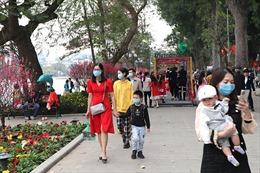 Thời tiết nắng đẹp, người dân Hà Nội náo nức du xuân