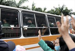 Giây phút bịn rịn tiễn thanh niên Thủ đô lên đường nhập ngũ