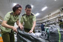 Triệt phá kho hàng giày dép nghi giả mạo nhãn hiệu ở Hà Nội