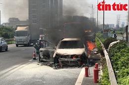 Ô tô 7 chỗ bốc cháy ngùn ngụt trên cao tốc Pháp Vân - Cầu Giẽ