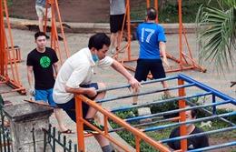 Hà Nội: Người dân bất chấp lệnh cấm, trèo rào vào công viên tập thể dục