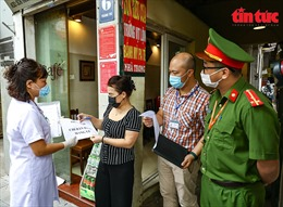 Đúng 12 giờ ngày 25/5, quán ăn đường phố, cửa hàng cắt tóc, gội đầu Hà Nội đóng cửa
