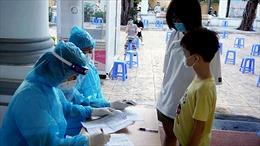Lấy mẫu xét nghiệm COVID-19 những người trở về từ TP Hồ Chí Minh