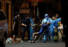 Xuyên đêm phong tỏa, xét nghiệm cho người dân ở Thụy Khuê (Hà Nội)