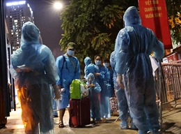 Nhiều người già và trẻ nhỏ di dời ra khỏi điểm dịch Thanh Xuân Trung trong đêm