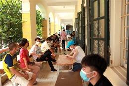 Người dân Hà Nội xếp hàng chờ đợi tiêm vaccine Vero Cell