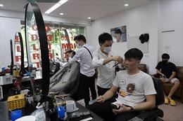 Hà Nội: Dịch vụ cắt tóc, rửa xe đều 'quá tải' trong ngày đầu nới lỏng giãn cách xã hội