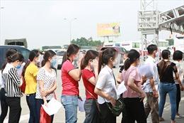 Nhiều người dân ra vào Hà Nội sau lệnh nới lỏng giãn cách khiến cửa ngõ Thủ đô ùn tắc