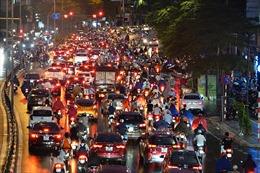 Người dân Hà Nội 'chôn chân' dưới mưa vì tắc đường giờ tan tầm