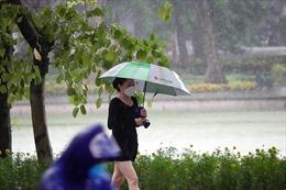 Không khí lạnh đầu mùa, người dân Hà Nội vẫn mặc áo mưa tập thể dục