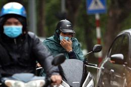 Người Hà Nội co ro trong tiết trời mưa lạnh nhất từ đầu mùa
