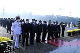 Video Lãnh đạo Đảng, Nhà nước và các đại biểu Quốc hội vào Lăng viếng Chủ tịch Hồ Chí Minh
