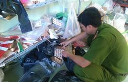 Bắt giữ hơn 6.000 viên thuốc và hàng trăm hộp mỹ phẩm Thái không giấy phép