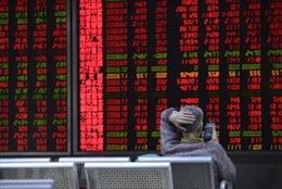 Lực bán tháo tăng vọt, VN-Index chìm trong sắc đỏ