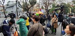 Hàng trăm phóng viên trong nước và quốc tế 'trực' tác nghiệp trước cổng khách sạn Melia