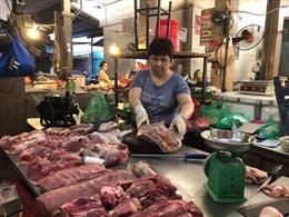 Thịt lợn vẫn chưa rẻ dù giá lợn hơi 'lao dốc'