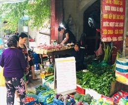 Chủ quan với dịch COVID-19, chợ Hà Nội ' vắng bóng' khẩu trang
