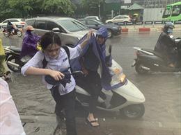 Đưa con đi thi trong cơn mưa tầm tã, có phụ huynh phải nhường dép cho con