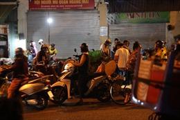 Chợ đầu mối Đền Lừ đông người mua bán trước thời điểm Hà Nội giãn cách toàn thành phố