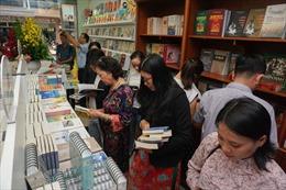 Khách hàng có điểm mua sách mới tại NXB Văn hóa - Văn nghệ