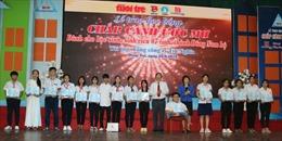 Học sinh, sinh viên nghèo nhận học bổng 'Chắp cánh ước mơ'