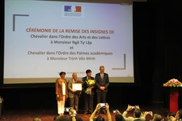 Hai học giả Việt Nam nhận Huân chương Hiệp sĩ của Pháp
