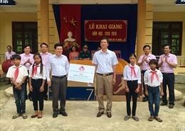 Tặng quà cho học sinh trường bán trú của đồng bào Vân Kiều