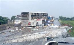 Bình Thuận: Lật xe khách giường nằm làm 2 người chết, 7 người bị thương
