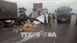 Hai xe tải tông nhau làm 2 người thương vong