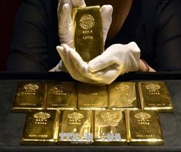 Giá USD giảm mạnh, giá vàng thế giới bất ngờ tăng cao