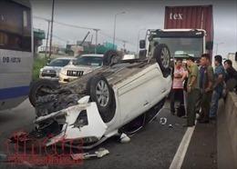 Ô tô mất lái, đâm mạnh vào dải phân cách, lật nghiêng giữa đường