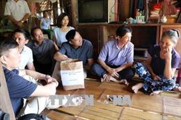 Đại diện Bộ Y tế thăm hỏi, động viên người dân bị lây nhiễm HIV tại Phú Thọ