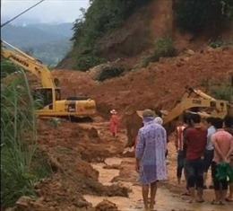 Giao thông tê liệt trên tuyến đường nối Cửa khẩu quốc tế Bờ Y với Lào
