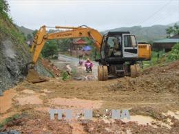 Nhiều tuyến đường huyết mạch tại miền núi Nghệ An vẫn bị ách tắc do mưa lũ