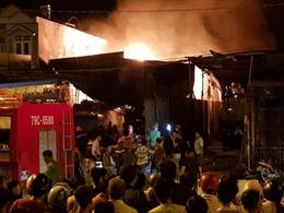 Cháy lớn tại bãi đỗ xe bồn chở xăng ở Nha Trang