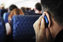Có thể bị phạt 3 - 5 triệu đồng khi sử dụng điện thoại trên máy bay