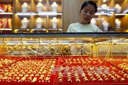 Vàng tăng giá nhẹ, dầu trượt dốc trên thị trường châu Á