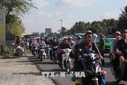 Hai ô tô tông nhau gây ùn tắc nghiêm trọng trên cầu Rạch Miễu, Tiền Giang