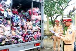 Bắt giữ 2 vụ vận chuyển quần áo lậu số lượng lớn