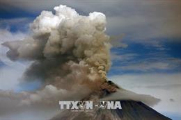 Núi lửa hoạt động mạnh nhất Philippines phun tro bụi cao 600m