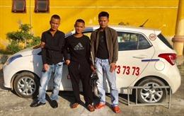 Đi xe taxi, dùng súng tự chế bắn trộm vật nuôi