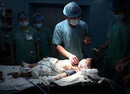 Phẫu thuật cấy điện cực ốc tai đầu tiên cho cháu bé 27 tháng tuổi