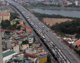Dòng xe 'bất tận' đổ về Thủ đô chiều mùng 6 Tết