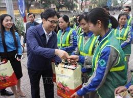 Phó Thủ tướng Vũ Đức Đam thăm, tặng quà người lao động tại Bắc Giang