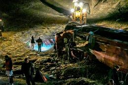 Xe buýt mất lái lao xuống vực sâu 10m làm 43 người thương vong