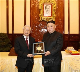 Tổng Bí thư, Chủ tịch nước Nguyễn Phú Trọng và Chủ tịch Triều Tiên trao đổi tặng phẩm