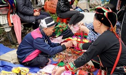 Phiên chợ 'mua may, bán rủi'duy nhất trong năm ở Tuyên Quang